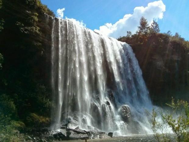 Cachoeira do Sobradinho tem 45 metros de queda d'água (Foto: Cláudio Nascimento/ TV TEM)