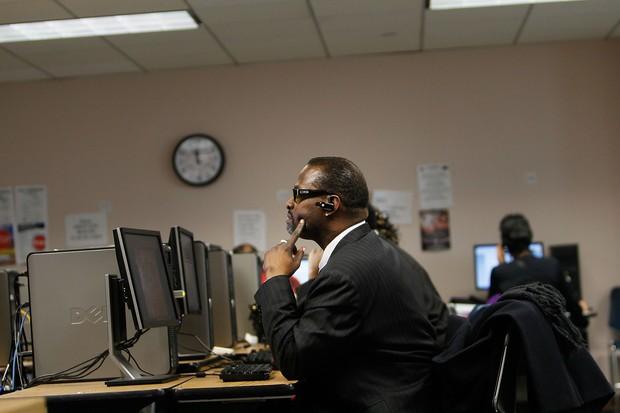 Olhar para a tela do computador por mais de 3 horas seguidas pode trazer problemas de visão (Foto: Getty Images)