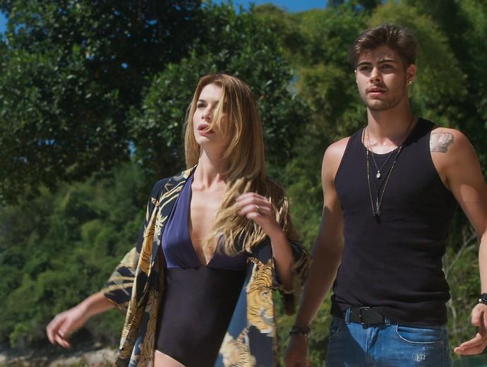 Diana e Léo Régis são surpreendidos por policiais (Foto: TV Globo)