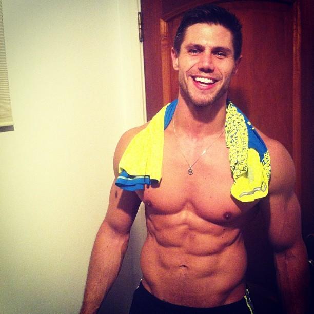 Ex-BBB Jonas exibe barriga sarada (Foto: Instagram/ Reprodução)