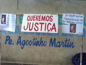 Cartazes pendurados por pedido de justiça (Foto: Ana Graziela Maia)