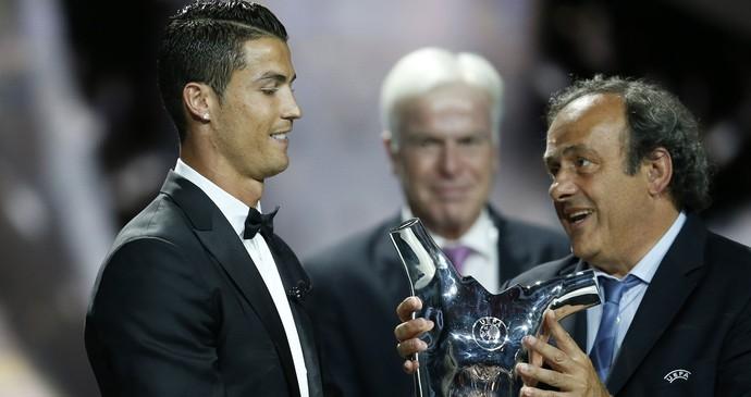 cristiano ROnaldo melhor jogador da Uefa troféu (Foto: Agência AFP)