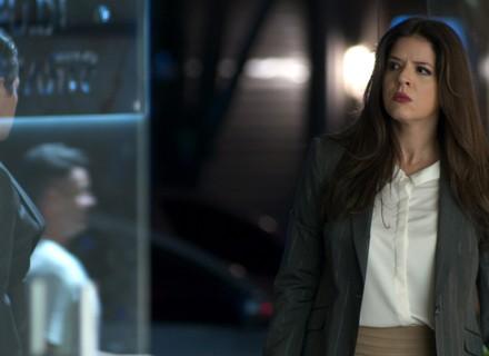 Maria Pia vê Luíza com homem misterioso