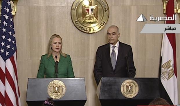 Imagem de TV local mostra a secretária de Estado dos EUA, Hillary Clinton, e o chanceler egípcio, Mohammed Kamel Amr, durante o anúncio do cessar-fogo nesta quarta-feira (21) no Cairo (Foto: AP)