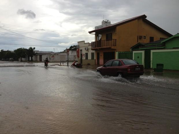 Motoristas enfrentaram alagamento na Rua Joaquim Nabuco com Almirante Barroso, área central de Porto Velho (Foto: Ivanete Damasceno/G1)