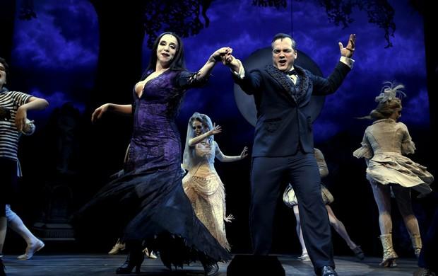 Marisa Orth e Daniel Boaventura em cena com o musical 'A Família Addams' (Foto: Roberto Filho/Ag News)