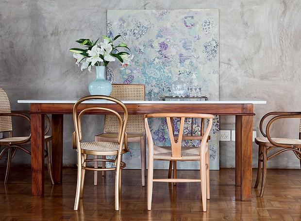 O cimento queimado das paredes ganhou a companhia do grande quadro, que faz o cen�rio para a sala de jantar. Projeto da arquiteta Fernanda Neiva (Foto: Lufe Gomes/Casa e Jardim)