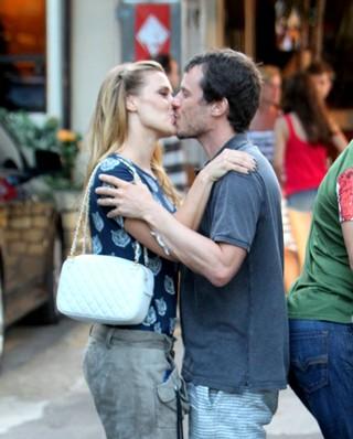 Carolina Dieckmann beijando marido (Foto: Dilson Silva  / Agnews)