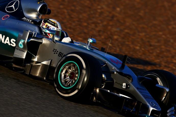 Lewis Hamilton pilota o novo Mercedes W06 na pista de Jerez, nesta segunda-feira (Foto: Getty Images)