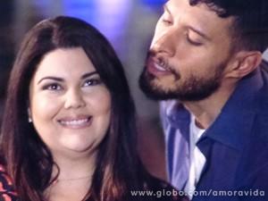 Per´sefone fica toda assanhada com a chegada do caminhoneiro (Foto: Amor à Vida / TV Globo)