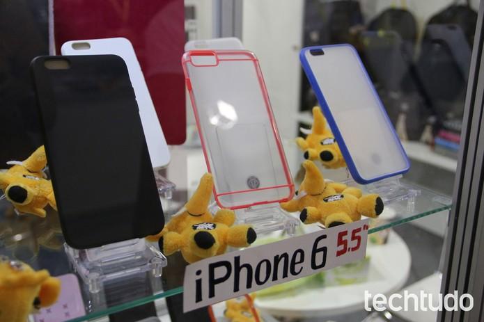Cases já se mostram mais finos, para telas maiores que a do IPhone 5S (Foto: Fabrício Vitorino / TechTudo)