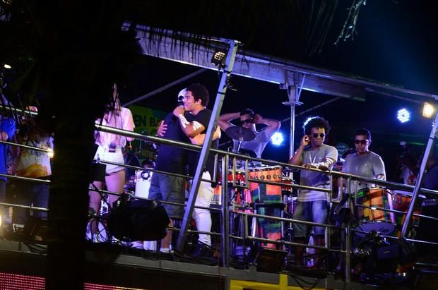 Rafael Cortez canta com a banda Timbalada em trio no circuito barra ondina (Foto: AgNews  / AgNews)
