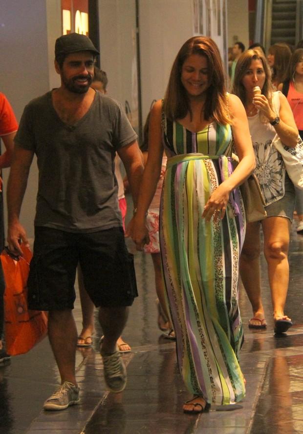 Nívea Stelmann com o marido no shopping (Foto: Daniel Delmiro / AgNews)
