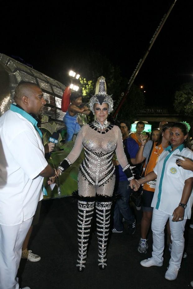 Monique Evans se prepara para desfilar na Sapucaí, RJ (Foto: Marcos Serra Lima/EGO)