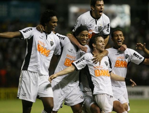 Bernard, Jô, Ronaldinho Gaúcho gol Atlético-MG (Foto: Otávio de Souza - Ag. Estado)