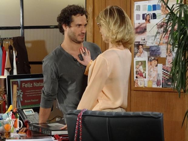 Fábio se declara para Juliana e confessa que estava com saudades (Foto: Guerra dos Sexos/ TV Globo)