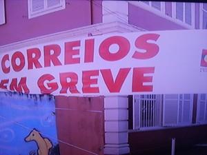 Paralisação acontece com os carterios dos Centros de Distribuição Domiciliária em Petrópolis (Foto: Reprodução/Inter TV/Rogério de Paula)