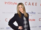 Jennifer Aniston aposta em look comportado para divulgar filme