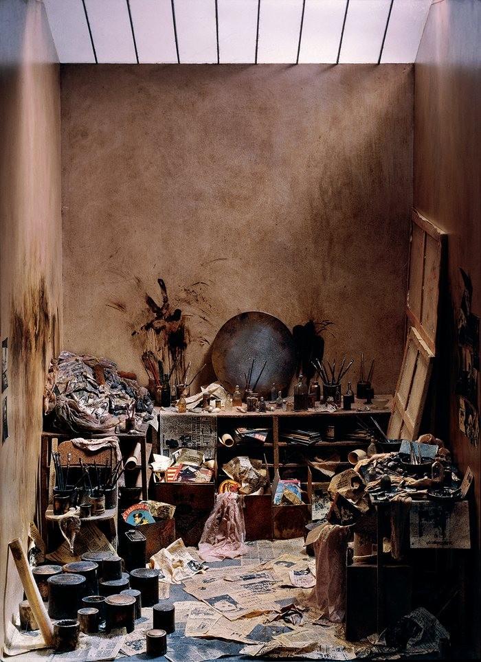 Francis Bacon trabalhava em um estúdio tão perturbado quanto sua arte. A foto é de 1986. (Foto: Reprodução)