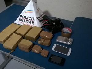 Durante ocorrência, militares encontraram também tabletes de maconha de outro suspeito (Foto: Valdivan Veloso/G1)