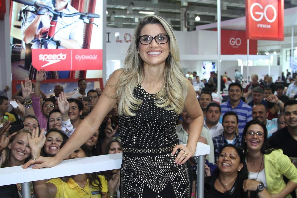 5066b14b902f7 De vestidinho, Flávia Alessandra prestigia feira de óculos e é ...