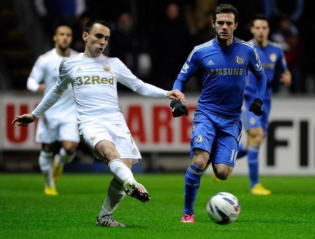 Leon Britton do Swansea e Juan Mata do Chelsea (Foto: Reuters)