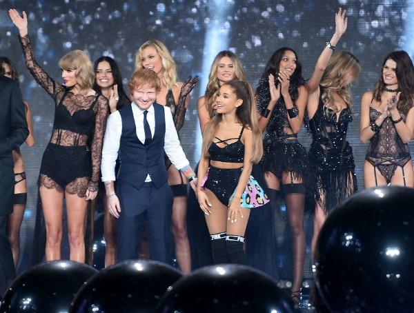 Ed Sheeran em meio às amigas de Taylor Swift (Foto: Getty Images)