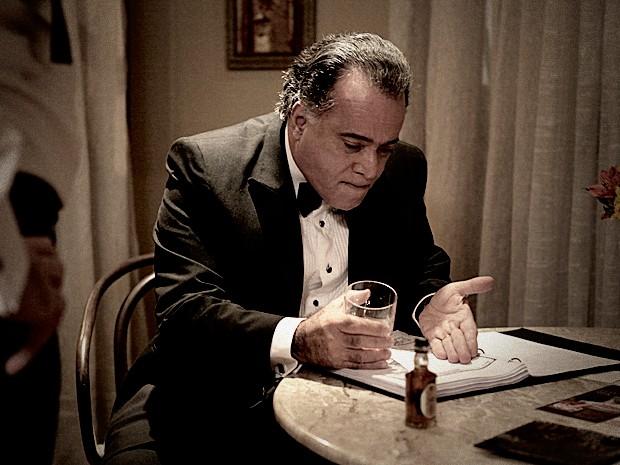 Braga fica uma fera ao ver os documentos que Angela reuniu contra ele (Foto: Pedro Curi / TV Globo)