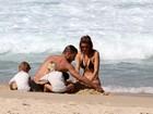 Fernanda Lima curte praia com a família no Rio