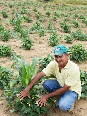 Delson Diniz da Silva, de 53 anos, é mais um agricultor beneficiado com a barragem subterrânea (Foto: Anderson Barbosa e Fred Carvalho/G1)