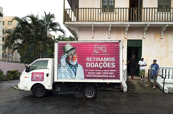 A instituição disponibiliza o próprio caminhão para ir retirar as doações (Foto: Marcelo Tabach)