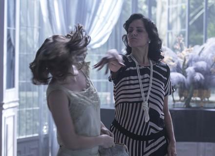 Iolanda dá tapa na cara de Cecília após provocação da filha