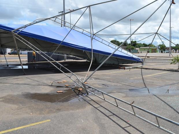 Vigas das tendas ficaram retorcidas com a força dos ventos (Foto: Rodrigo Menaros / G1 RR)