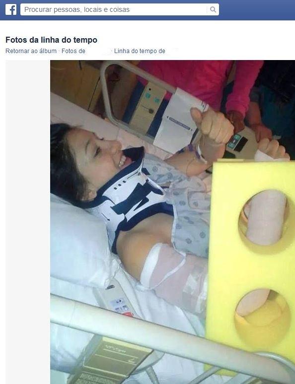 Jovem acrobata faz sinal positivo para mostrar que está bem (Foto: Reprodução/Facebook)