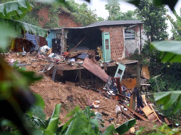 Casa atingida no bairro Quitandinha, em   Petrópolis, na região serrana do Rio de Janeiro (Foto: Marcos De Paula/Estadão Conteúdo)