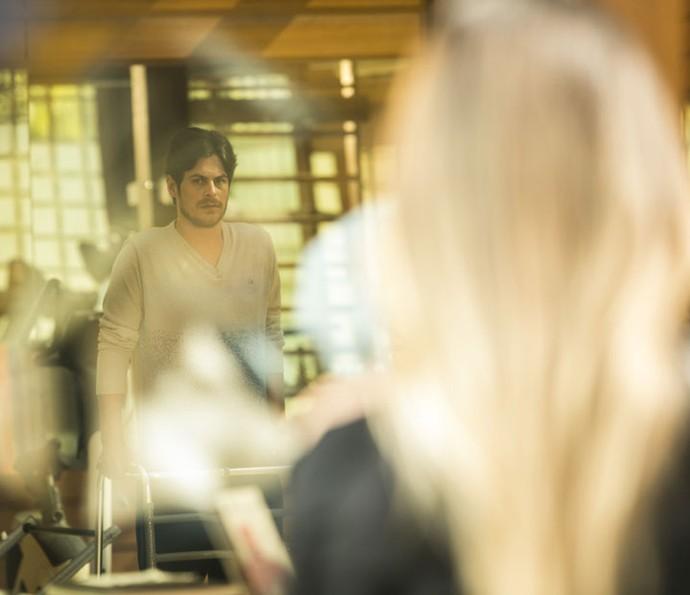 Fabinho vê Tamara o observando (Foto: Raphael Dias/Gshow)