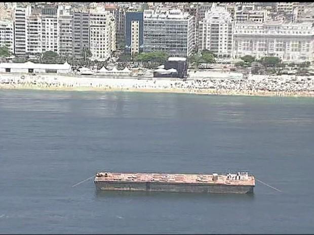 Uma balsa para em frente ao palco principal da festa em Copacabana (Foto: Reprodução/TV Globo)