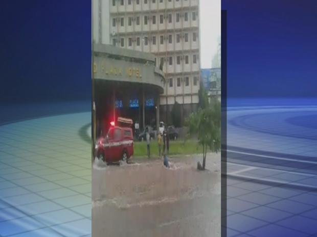 Homem foi arrastado pela enxurrada em Bauru (Foto: Reprodução/TV TEM)