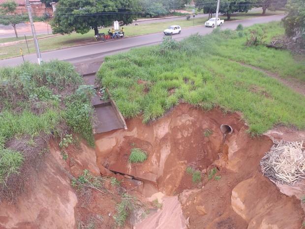 Cratera às margens da TO-222 em Araguaína (Foto: Marcos Filho/Ascom)