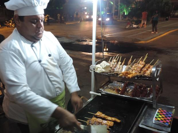 Emerson trabalha usando farda de chef; carroça dele aceita cartão de crédito e débito (Foto: Renan Holanda / G1)