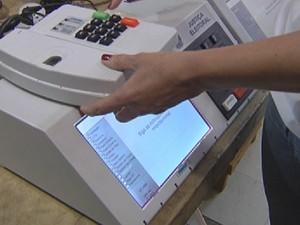 Funcionário da Justiça Eleitoral testa urna em Rio Preto (Foto: Reprodução/ TV TEM)