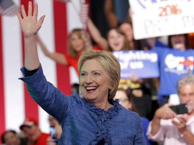 Hillary Clinton acena para eleitores em West Palm Beach, na Flórida, após vencer as primárias daquele estado, na terça (15) (Foto: Reuters/Carlos Barria)