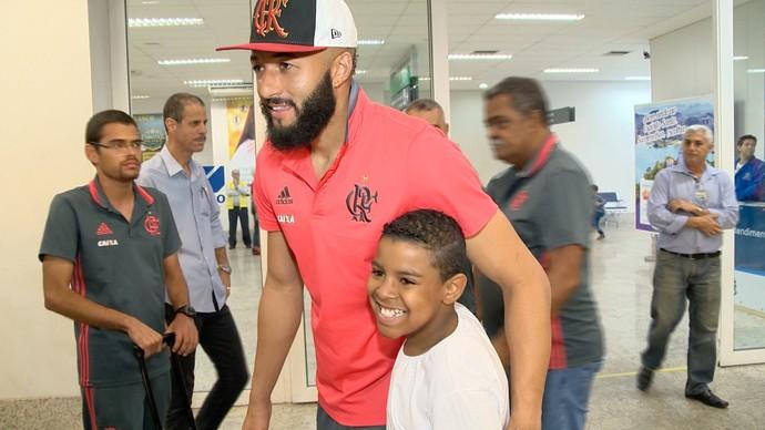 Após choro, fã-mirim finalmente conhece ídolo Alex Muralha, do Fla (Foto: Reprodução/TV Gazeta)