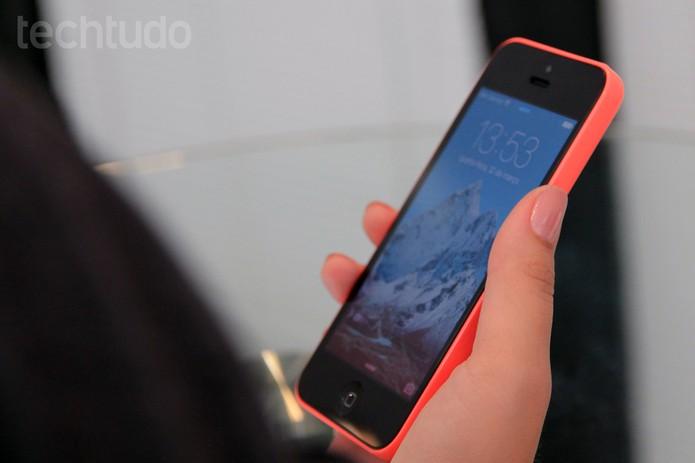 iPhone 5C sendo segurado (Foto: Isadora Díaz/TechTudo)