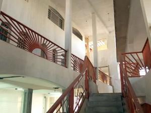 Escadaria dentro do 'castelo' de 100 quartos deixado inacabado pelo cantor José Rico em Limeira (Foto: Reprodução/TV Globo)