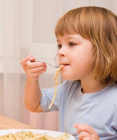menina; comendo; macarrao; alimentacao (Foto: Shutterstock)