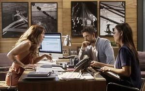 Alice conta seus planos dentro da Arraial Pescados para César e Hirô (Foto: TV Globo)