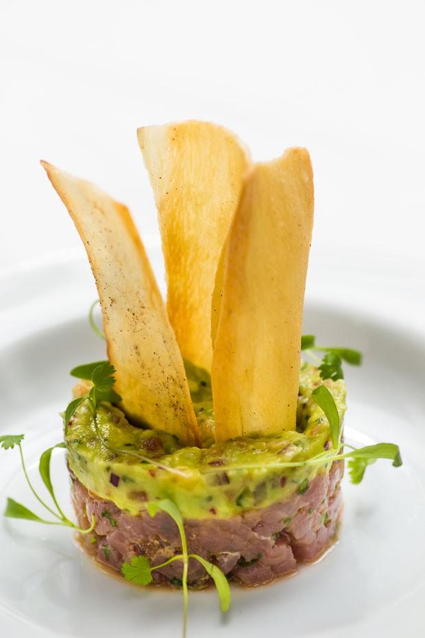 Receita de tartare de atum com guacamole e chips de mandioca  (Foto: Yulli Nakamura/Divulgação)
