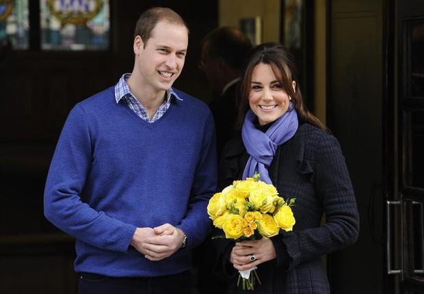 Príncipe William com Kate Middleton ao deixar o hospital no dia 06 de dezembro (Foto: Agência EFE)