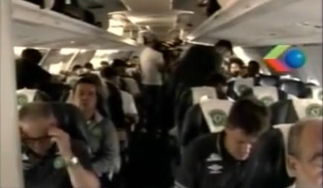 Jogadores da Chapecoense dentro do avião (Foto: Reprodução)